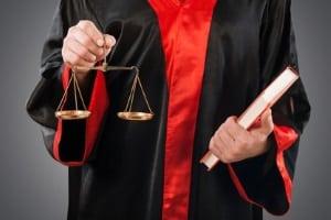 Für eine außergerichtliche Rechtsberatung können Sie Beratungshilfe, für eine Vertretung im Gericht Prozesskostenhilfe beantragen