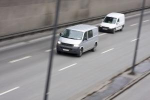 Vom Rechtsfahrgebot auf der Autobahn kann in bestimmten Fällen abgesehen werden.