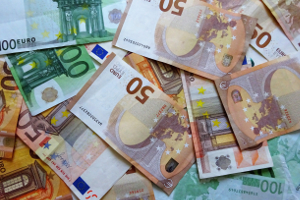 Bis zu 5.000 Euro kann die Versicherung bei Fahrerflucht an Regressforderungen stellen