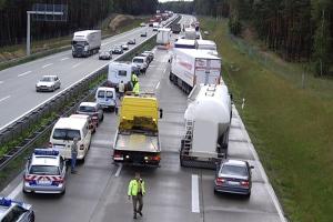 Bei einem Stau ist es äußerst wichtig, eine Rettungsgasse auf der Autobahn zu bilden.