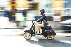 Fürs Roller fahren in Griechenland gilt die Helmpflicht.