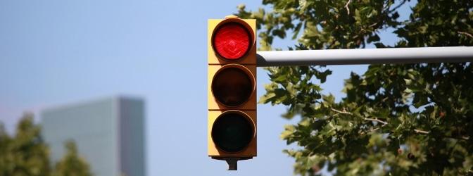 Rote Ampel überfahren und 2 Mal geblitzt worden? Ob immer ein Rotlichtverstoß vorliegt, erfahren Sie im Folgenden.