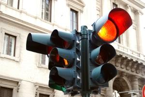 Rote Ampel: Erfasst ein Blitzer einen Lkw, können Bußgeld, Punkte in Flensburg und sogar Fahrverbot drohen.