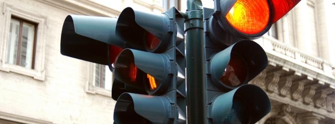 Wie beim Rotlichtverstoß: Überfahren Sie eine gelbe Ampel, können Sanktionen drohen.