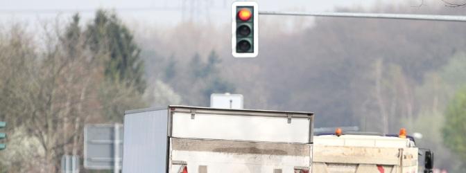 Werden bei einem Rotlichtverstoß mit dem Lkw dieselben Sanktionen verhängt wie beim Pkw?