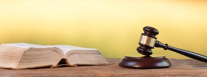 Sollten Sie Opfer einer Sachbeschädigung geworden sein, kann Ihnen ein Anwalt vor Gericht zur Seite stehen.