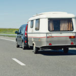Insbesondere im Sommer, wenn beispielsweise die Wohnwagen für den Urlaub hervorgeholt werden, erfreut sich das Saisonkennzeichen großer Beliebtheit.