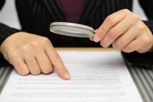 Bevor es zur Schadensregulierung beim Auto kommt, sollten Sie genau die Bedingungen im Versicherungsvertrag prüfen.