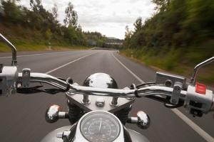 Unter gewissen Umständen kann das Schmerzensgeld bei einem Motorradunfall gekürzt werden.