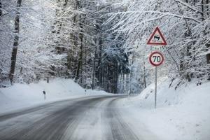 Bei Eis und Schnee gelten für das Auto und auf der Straße besondere Regeln.