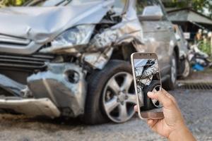 Wichtiger als die Schuldfrage nach dem Autounfall ist der Unfallbericht, der mit Fotos untermauert werden sollte.