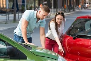 Bevor Sie die Schuldfrage bei einem Auffahrunfall diskutieren, sichern Sie die Unfallstelle ab