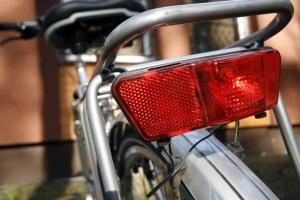 Wer den Schulweg mit dem Fahrrad bestreitet, sollte regelmäßig Licht und Bremsen kontrollieren.