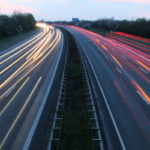 Um die Geschwindigkeit von Fahrzeugen zu messen, kommen immer modernere Geräte zum Einsatz - so auch der Schwarzlichtblitzer.