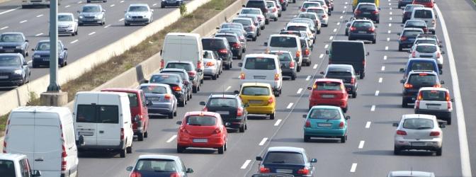 Section Control erfasst alle Fahrzeuge auf einer Strecke und prüft danach, ob Verstöße vorliegen.