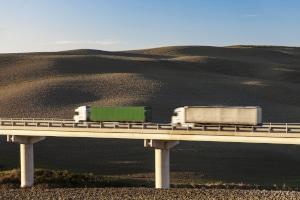 Wird der Sicherheitsabstand außerorts zu vorausfahrenden LKWs und anderen Fahrzeugen nicht eingehalten, kann ein Bußgeld verhängt werden.