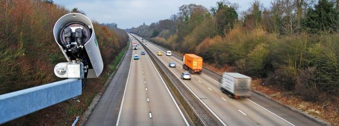 Welcher Sicherheitsabstand auf der Autobahn eingehalten werden muss, richtet sich auch nach der gefahrenen Geschwindigkeit.