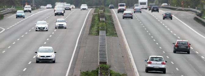 Sie fahren mit Richtgeschwindigkeit auf der Autobahn und möchten diese an der nächsten Ausfahrt verlassen. Wie müssen Sie sich verhalten? Diese Frage sollte jedem Fahrschüler bekannt vorkommen.