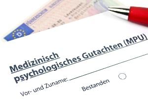 Ein positives MPU-Gutachten kann dabei helfen, die Sperrfrist beim Führerschein zu verkürzen.