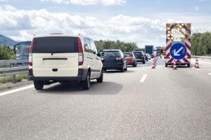 Ist eine Spur durch die Fahrbahnverengung gesperrt, kommt das Reißverschlussverfahren zum Einsatz.