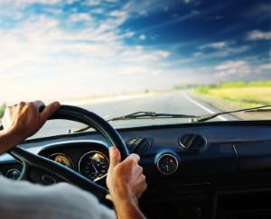 Ein Spurwechselassistent kann bspw. das Lenkrad vibrieren lassen, um den Fahrer auf haptisch zu warnen.