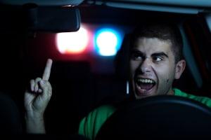 """""""Stinkefinger"""" im Straßenverkehr: Den Beweis dafür muss der Beleidigte erbringen."""