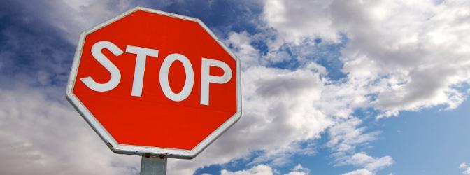 STOP: Als einziges Zeichen kann das Stoppschild in der Regel von jedem Verkehrsteilnehmer ohne die jeweiligen Sprachkenntnisse erfasst werden.