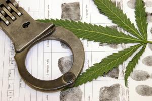 Die Strafe bei Drogen am Steuer geht immer mit einem Fahrverbot einher.