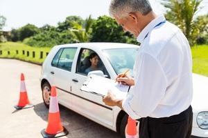 """Strengere Regeln für Fahranfänger: Unter anderem werden """"Feedback-Fahrten"""" gefordert, die ein Fahrlehrer überwacht."""