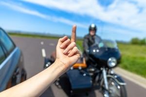 Andere Verkehrsteilnehmer sind ein häufiger Auslöser von Stress beim Autofahren.