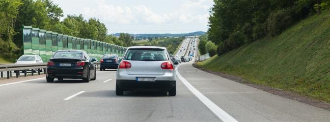In der StVO wird in § 7 definiert, welche Fahrstreifen Kraftfahrzeuge befahren müssen.