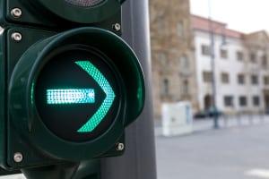 Wie müssen Sie sich der StVO in Polen zufolge an einer Ampel mit grünem Leuchtpfeil verhalten?