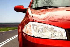 Tagfahrlicht bzw. Tageslicht ist beim Auto optional und legal, wenn keine anderen Beleuchtungsvorschriften bestehen.