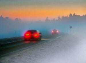 Das Tagfahrlicht reicht bei Nebel nicht aus. Sie sollten Abblendlicht und Nebenschlussleuchte bei einer Sicht unter 50 m einschalten.