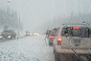 Im Gegensatz zum Tagfahrlicht, hat der Nebelscheinwerfer die Aufgabe bei Regen die Sicht zu verbessern.
