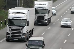 Ein Tempolimit auf der Autobahn gilt aktuell beispielsweise für Lkw.