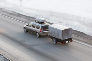 Bei Gespannen hängt das erlaubte Tempolimit in Österreich häufig vom Gewicht des Anhängers ab.
