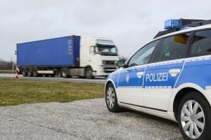 Unbelehrbare Temposünder erwarten Strafen, wenn sie von der Polizei ertappt werden.