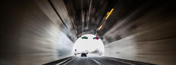 Vielseitiges Messgerät: Dank Infrarottechnik kommt der TraffiStar S 330 auch stationär in Tunneln zum Einsatz.