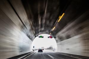 Es empfiehlt sich, darauf zu achten, wo sich im Tunnel der Notausgang befindet.