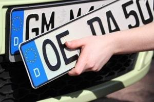 Um ein Überführungskennzeichen zu erhalten, möchte die Zulassungsstelle manchmal die alten Nummernschilder haben.