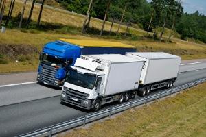 Auf manchen Streckenabschnitten gilt ein Überholverbot für Lkw.
