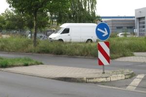Die Überquerungshilfe ist laut StVO für Fußgänger gedacht, um ihnen das leichtere Queren von Straßen zu ermöglichen.