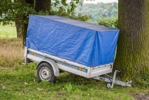 Überstehende Ladung muss auch bei Pkw mit Anhänger richtig gesichert und gekennzeichnet werden.