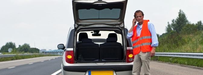 Unfall in Polen: Nur mit einer Warnweste dürfen Sie das Fahrzeug verlassen.