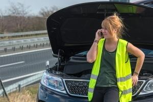 Auch wenn Fahrer ausländischer Fahrzeuge bei einem Unfall in Portugal keine Warnweste anlegen müssen, sollten sie dies zu ihrer eigenen Sicherheit tun.