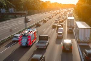 Ein Unfall durch Sekundenschlaf ist auf der Autobahn besonders gefährlich.