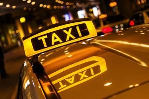 Je nachdem, wann sich ein Unfall mit dem Taxi ereignete, haftet eine andere Person für entstandene Schäden.