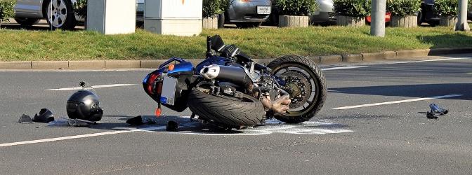 Vor allem Motorradfahrer tragen bei einem Unfall wegen einer Ölspur häufig schwere Verletzungen davon.