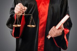 Den richtigen Gutachter wählen: Das Dokument über die Unfallbegutachtung muss auch vor Gericht standhalten.